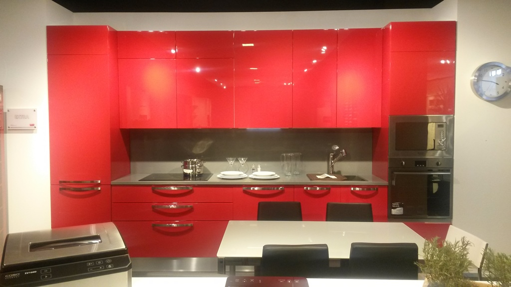 veneta Cucine modello extra laccato lucido rosso con maniglia