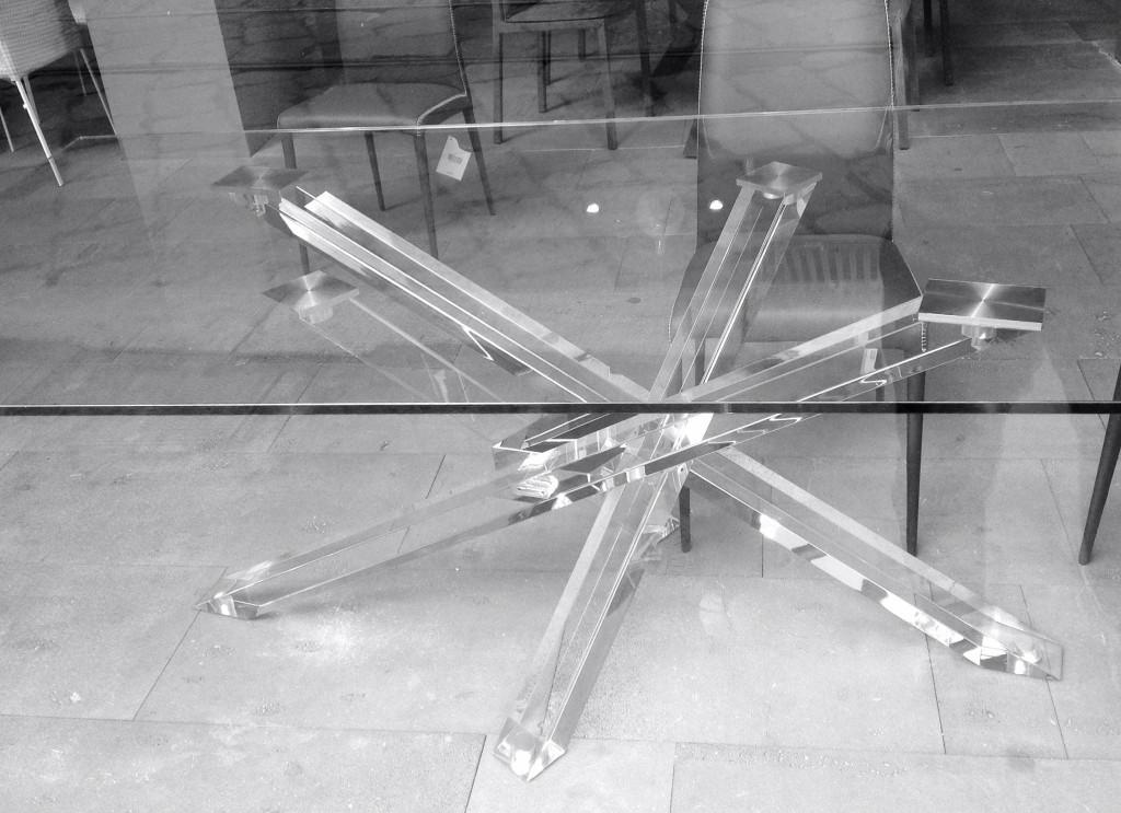 Tavolo shangai tutto trasparente in esclusiva da domus arredi for Tavolo riflessi cristallo