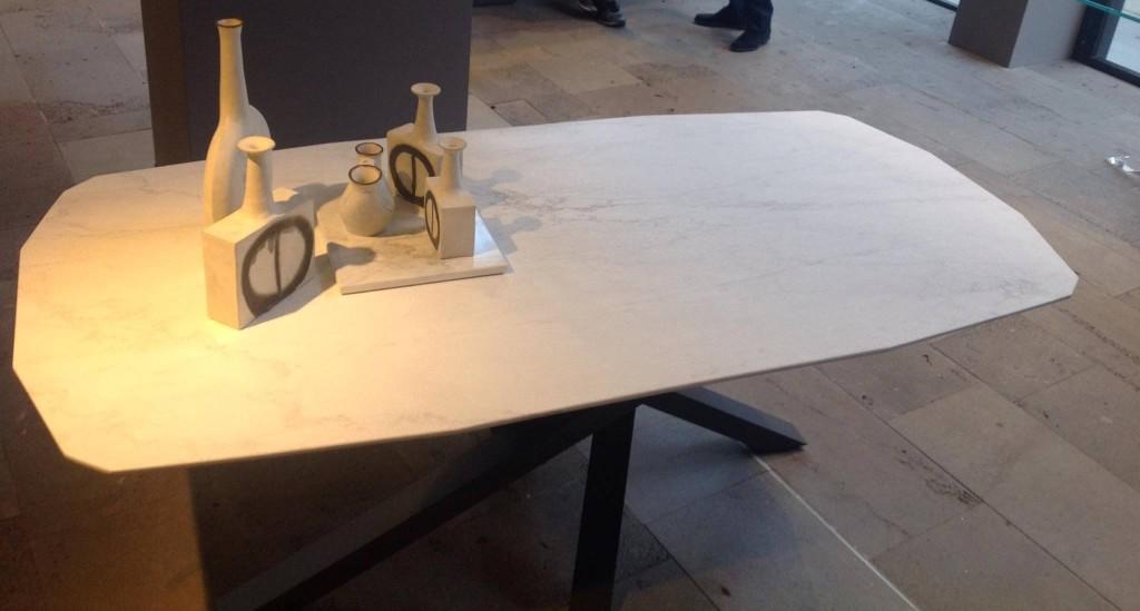 tavolo Shangai piano in marmo bisellato