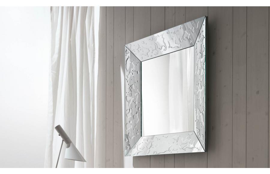 Specchio Gocce Riflessi con cornice inclinata e applicazione manuale di resina naturale effetto 'gocce'