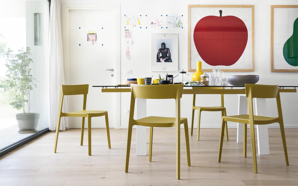 Calligaris : Tavolo modello levante, sedie modello Skin, vaso modello Evan, lampada modello Andromeda
