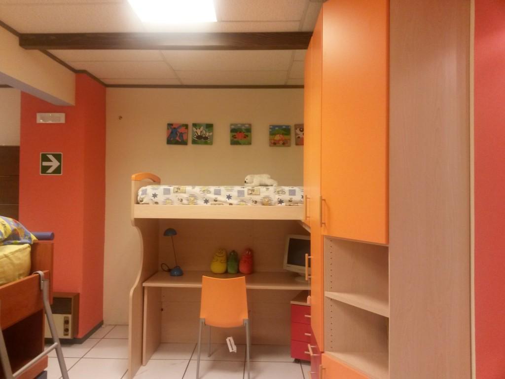 cameretta angolare rosaa e arancio