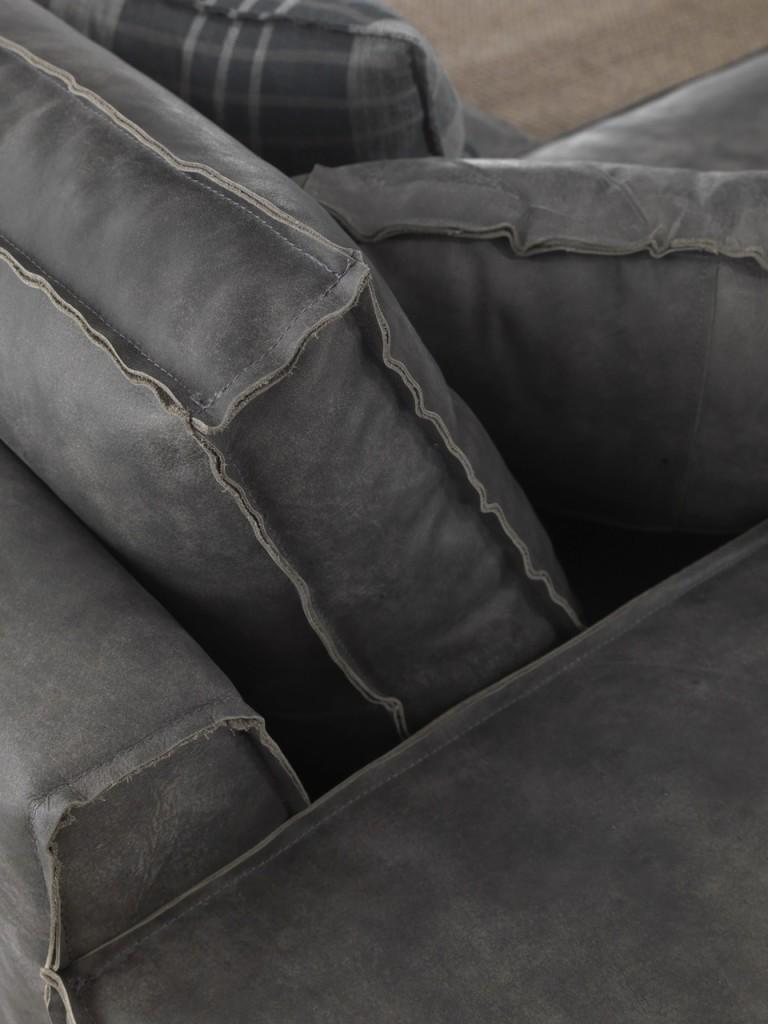 divano in pelle grigio lavorazione artigianale taglio a vivo