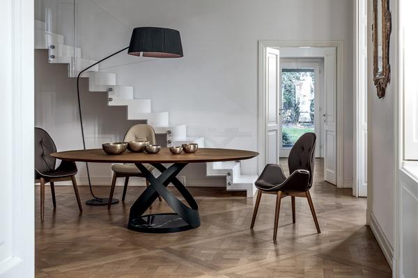 Piantana Rivalto con struttura in metallo laccato nero e paralume plissettato nero oppure bianco. design by Stidio Tonin casa creatives