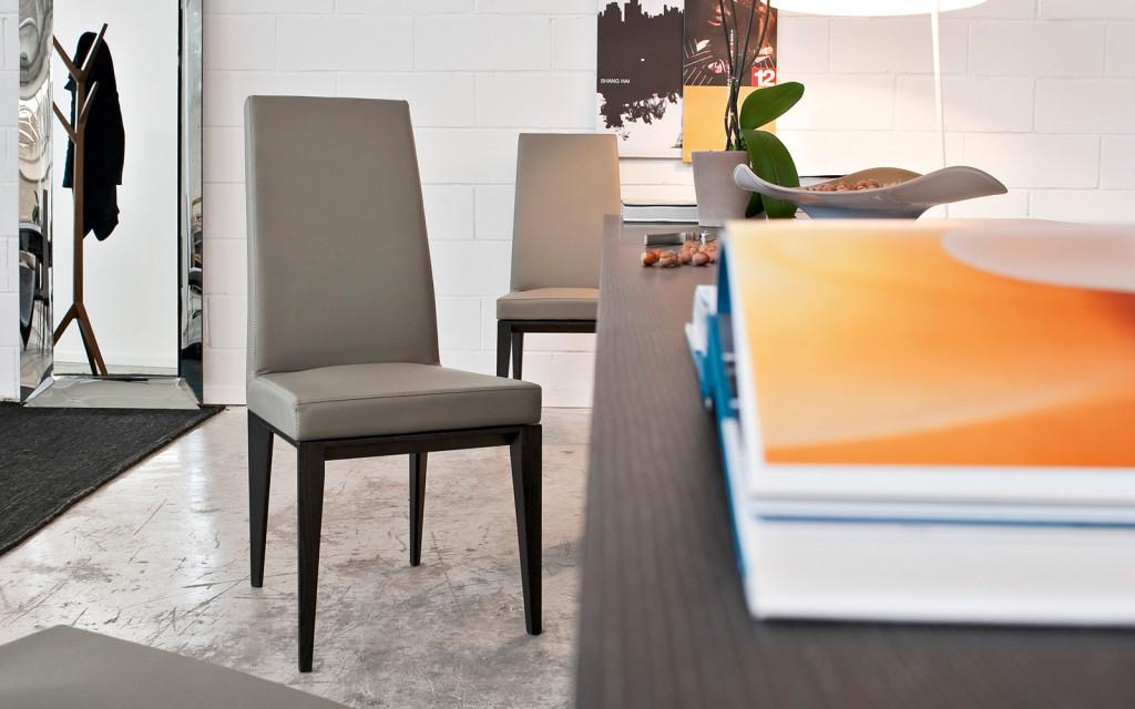 Sedie calligaris in legno e imbottite for Pelle per rivestimento sedie