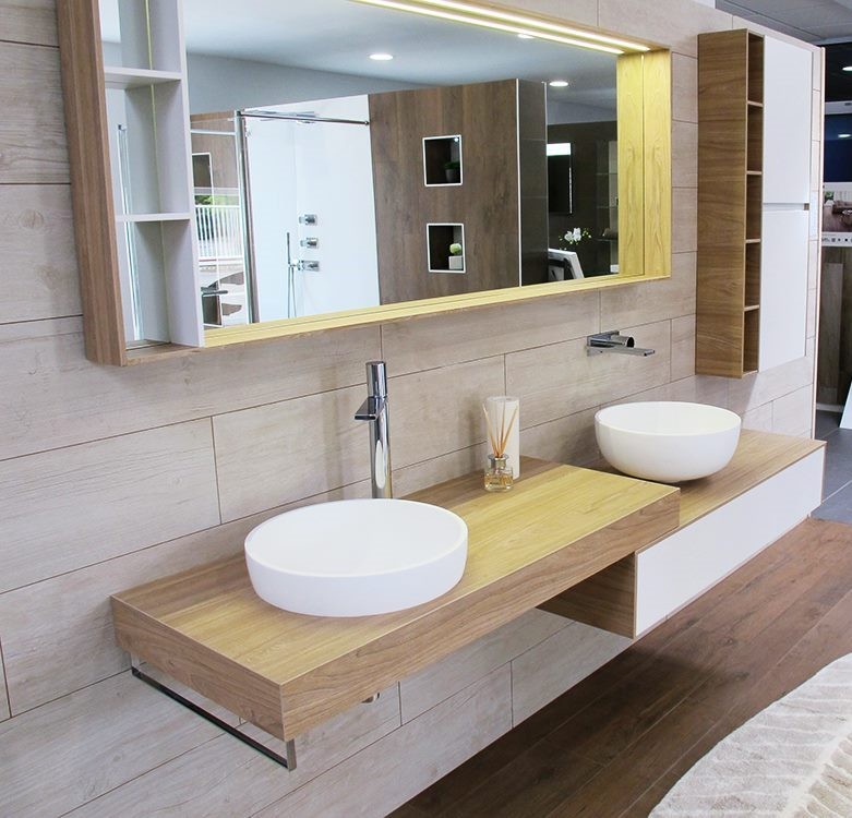 Linee essenziali e doppio lavandino in ceramica in appoggio per un bagno funzionale e di design