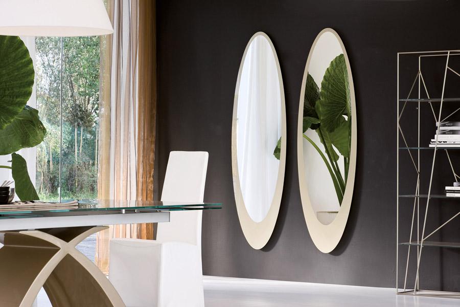 specchio moderno Olmi Tonin Casa con cornice in vetro serigrafato diversi colori