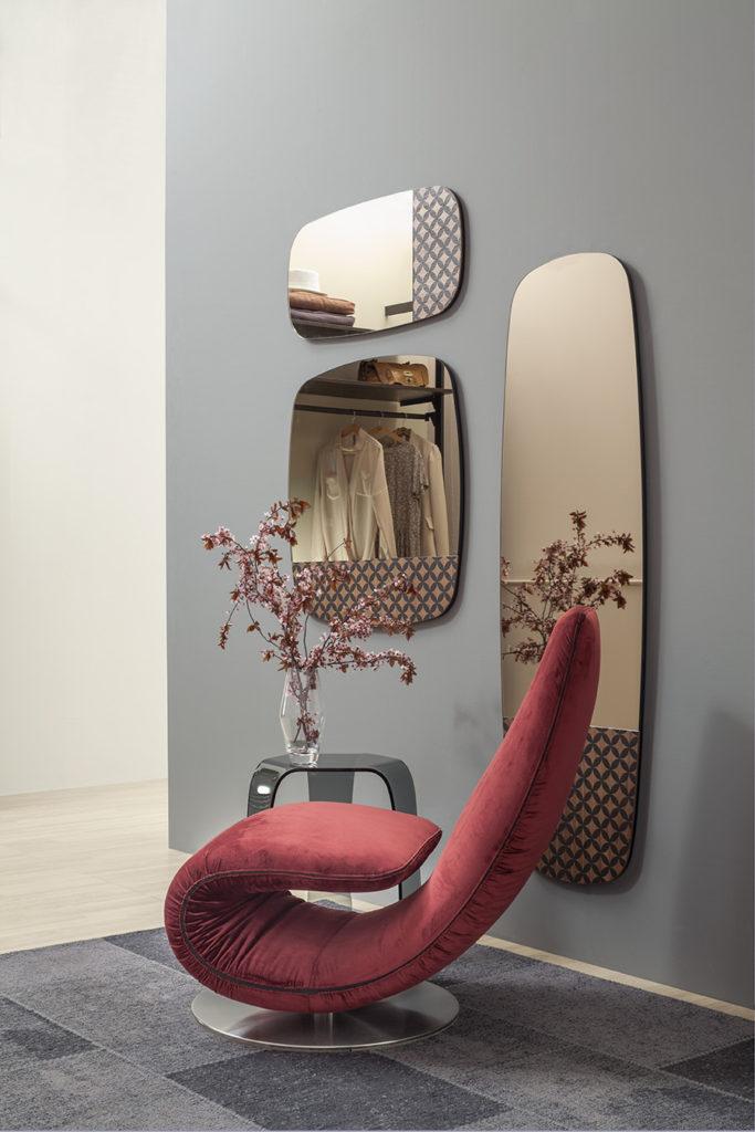 specchio Marguerite Tonin Casa in legno con finitura nero laccato e incisione.