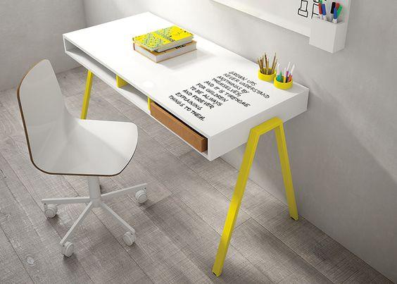 Scrittoio per bambino con superficie scrivibile con pennarelli ad acqua e disponibile in diversi colori.