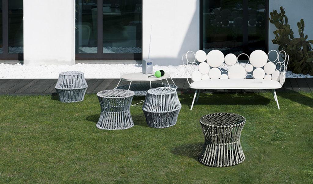 divano e tavolino da esterno