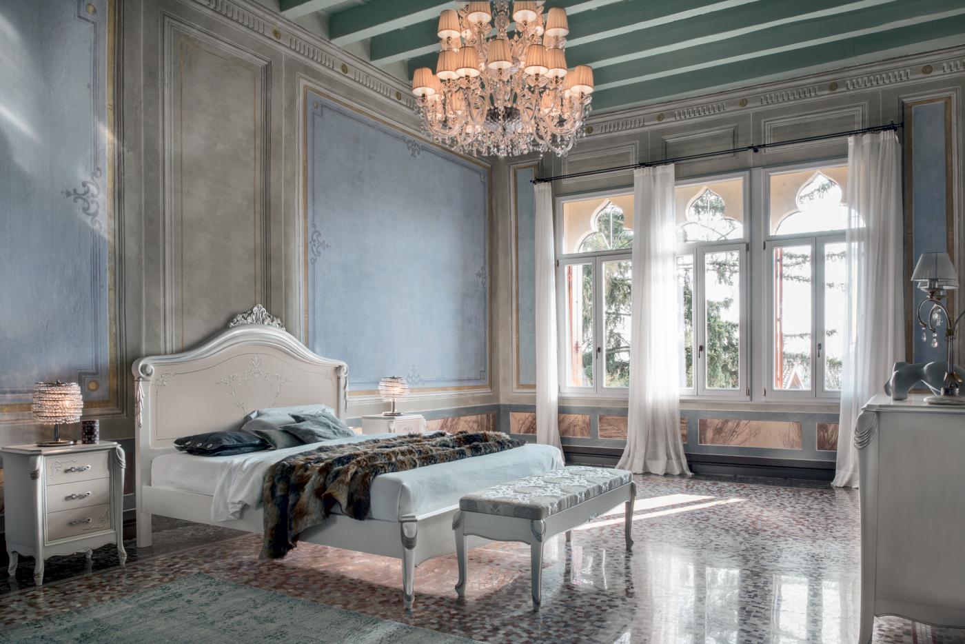 Letti in stile classico l 39 eleganza in camera da letto for Modello di casa all interno